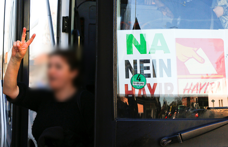 HDP/PKK taraftarları Köln'de oy kullanmaya otobüsle gitti