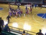 Genç basketbolcular yumruk yumruğa kavga etti
